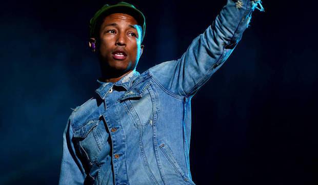 Pharrell faz show muito aguardado, interage com o público e não se abala com problemas