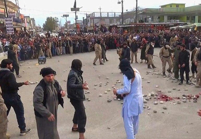 Em cenas chocantes, militantes do EI (Estado Islâmico) apedrejaram um casal até a morte, acusando-o de fazer sexo antes do casamento. A execução ocorreu em uma praça central da cidade iraquiana de Mosul