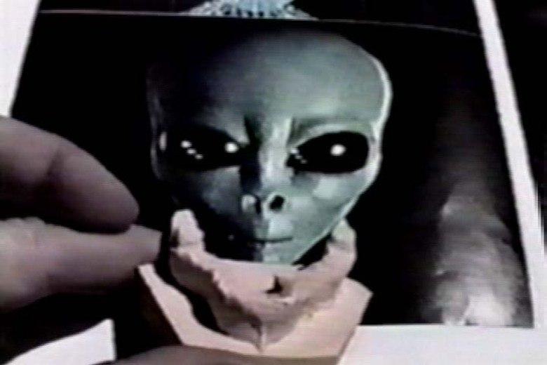 Apesar de criticado, ele possui cartões de segurança de mais alto nível, e foi engenheiro de diversas bases ultra-secretas, e mostrou fotos do interior da base, com o que seriam extraterrestres localizados por lá