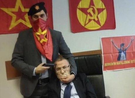 Promotor é feito refém em Istambul. Veja outras imagens