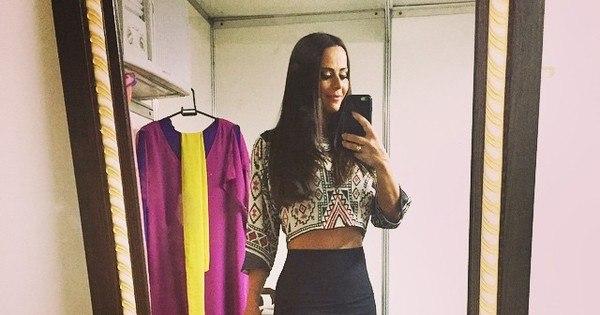 Magérrima, Viviane Araújo tira selfie em bastidores de peça de teatro
