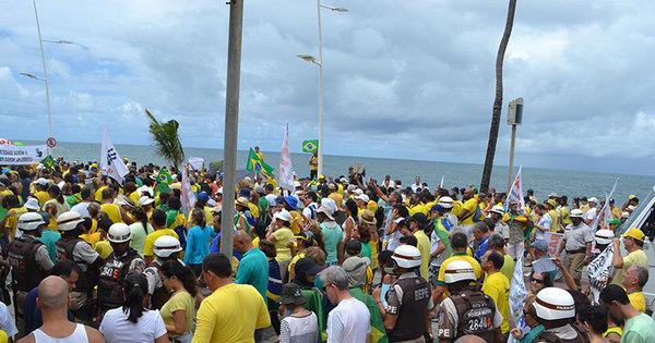 Em dia nublado, manifestantes tomam ruas da Barra em segundo ...