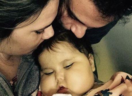 """Milagre tê-la em casa"", diz mãe<br />de Sofia após deixar hospital"