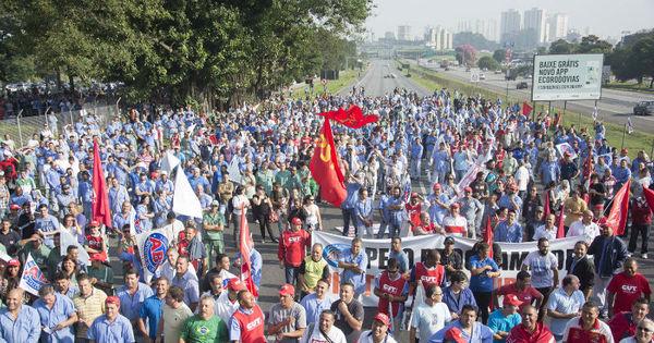 Manifestações contra projeto de lei da terceirização ocorrem em ...