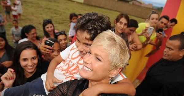 Cercada de fãs, Xuxa inaugura unidade da Casa X em Anápolis (GO)
