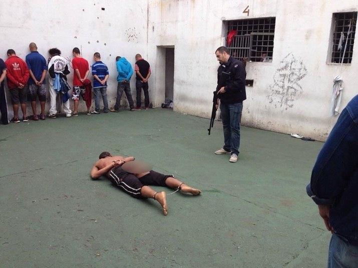 Fotos da travesti agredida e sem roupa circularam pela internet, assim como a foto do carcereiro sem a orelha