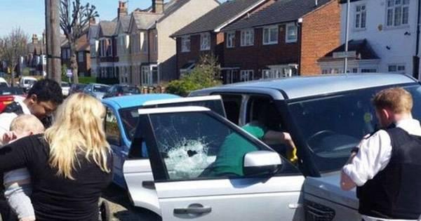 Heróis da vida real: policial e skatistas quebram vidro de carros ...