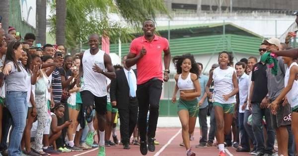 Usain Bolt disputa corrida com jovens atletas durante visita à Vila ...