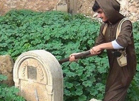 EI reduz a pó túmulos e símbolos cristãos para mandar recado
