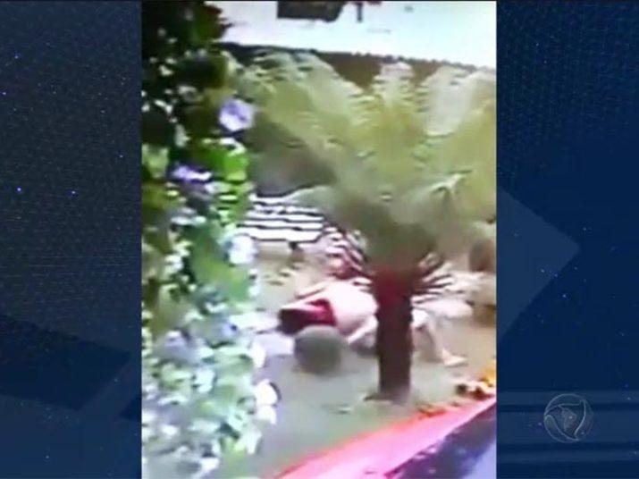 Câmeras de segurança instaladas recentemente na casa do casal flagraram o momento em que a funkeira é espancada pelo homem+ Veja a reportagem completa sobre o assassinato da Musa do Funk