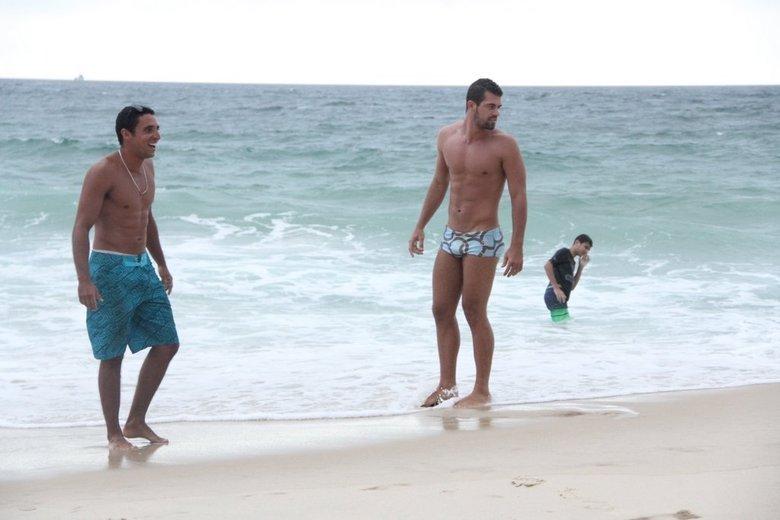 Com sunga mais discreta que a de Borat, de Amor e Sexo, Bruno Miranda curte dia de praia