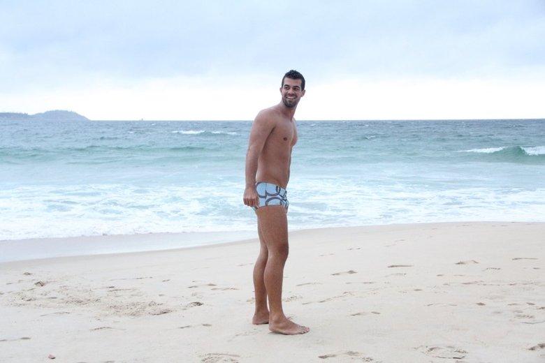 Longe das gravações, Bruno usa uma sunga mais discreta que a de seu personagem, o Borat