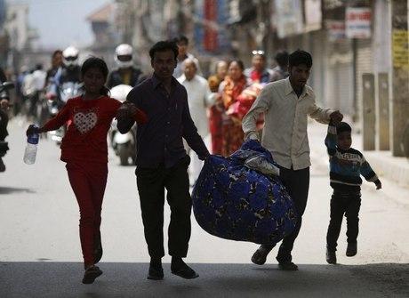 Nepal conta mortos em meio à devastação de terremotos
