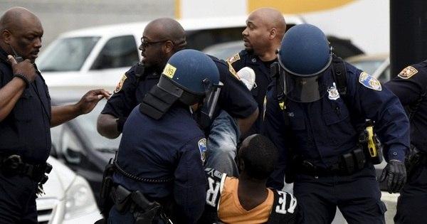 Após morte de rapaz negro, Baltimore tem tumultos, saques e ...