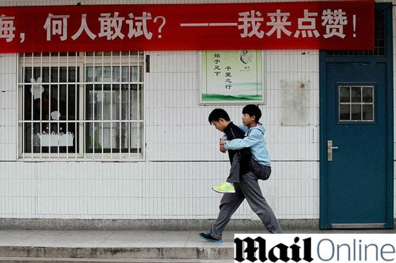 Em uma bela prova de amizade, um jovem chinês se propôs a ser o meio de transporte do amigo deficiente durante três anos. Xie Xu, de 18 anos, vai levar  amigo Zhang Chi, de 19, para a escola segurando-o em suas costas todos os dias