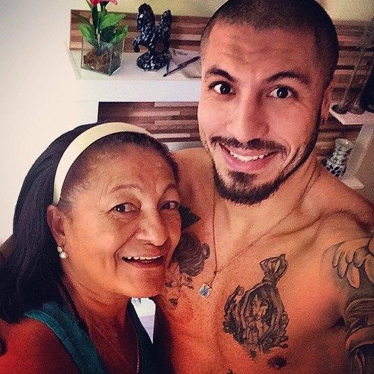 Fernando está deixando o cabelo crescer. O novo visual foi mostrado em foto compartilhada pelo ex-BBB no Instagram, em que o lutador aparece ao lado da mãe