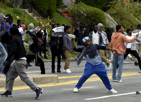 Funeral de negro morto em viatura termina com violência