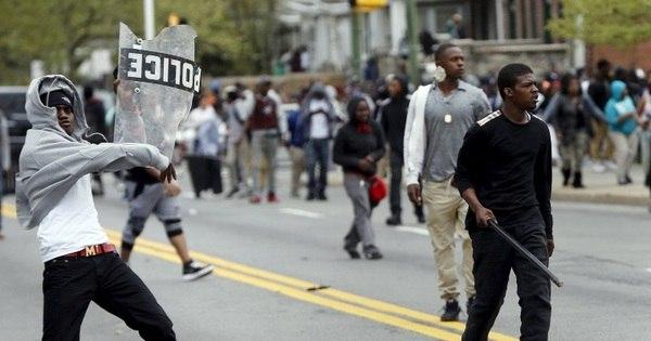 Protesto se torna violento em Baltimore após funeral de negro morto ...