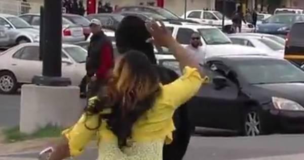 Baltimore: vídeo flagra mãe furiosa agredindo o filho que atirava ...