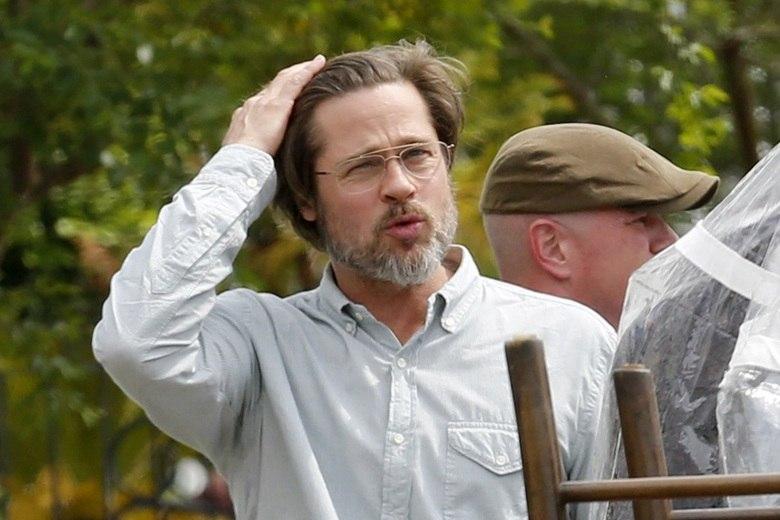 Brad Pitt é considerado um dos homens mais bonitos do mundo, mas, em entrevista à revista People, o ator Eli Roth declarou que Pitt deu dicas de 'higiene' durante as filmagens de Bastardos Inglórios.— Ele disse que quando você está suando e não tem tempo para tomar banho, é só esfregar uma fralda de bebê nas axilas