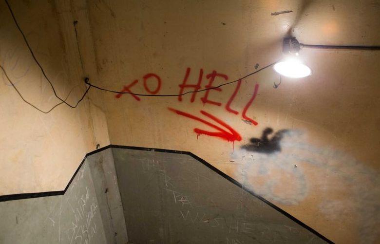 Na escada, mais uma indicação de 'inferno' para uma escada