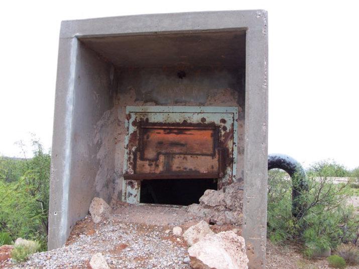 Para entrar no local eles precisaram arrombar uma porta mal fechada lá fora, que dava para as escadas da base