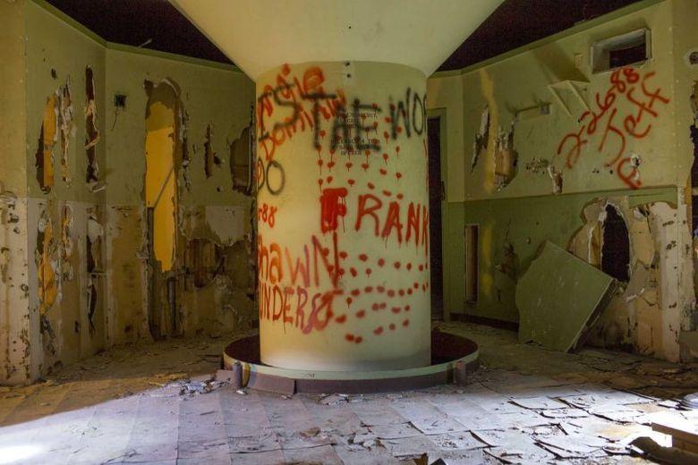 O antro principal estava recheada de inscrições com nomes de pessoas e destruição