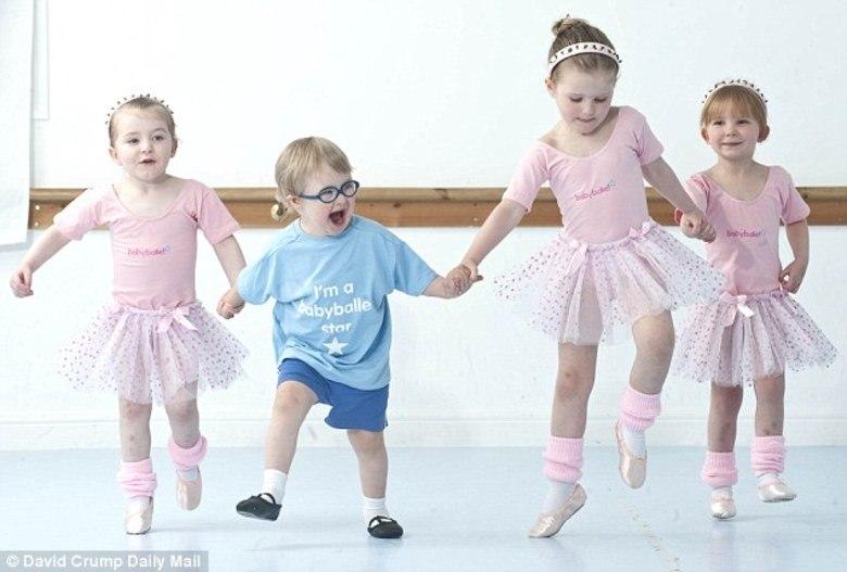 Quando os médicos diagnosticaram que o pequeno Archie Aspin tinha síndrome de Down, alertaram a sua mãe de que ele teria dificuldades de interagir socialmente. Hoje com três anos, o garoto contrariou a previsão e não cansa de exibir seu sorriso de pura alegria e habilidades motoras bastante evoluídas