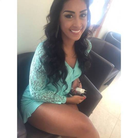 O modelito verde-água de Amanda deixou suas pernas morenas e torneadas bem evidentes