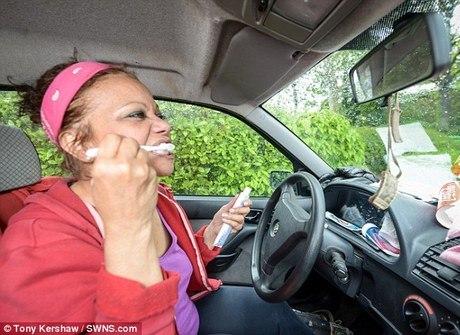 Professora desempregada vive<br />em carro com os seus cachorros