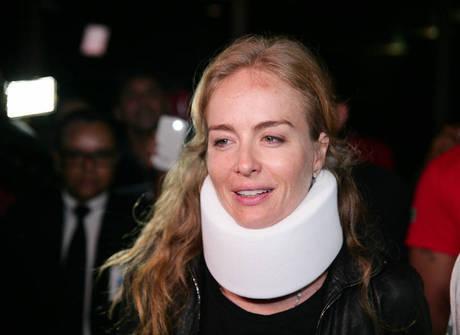 Angélica deixa o hospital chorando ao lado de Luciano Huck