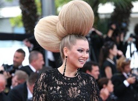 Apresentadora desfila penteados extravagantes no Cannes 2015