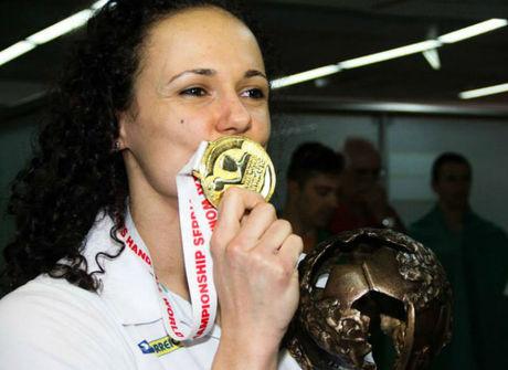 Jogadora de handebol conquista título mundial após sofrer AVC