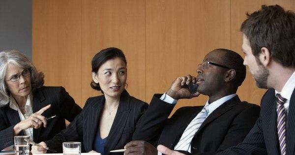 Uso do celular no ambiente de trabalho pode gerar demissão por ...