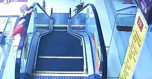 Criança de dois anos sobrevive após escorregar de escada rolante ...