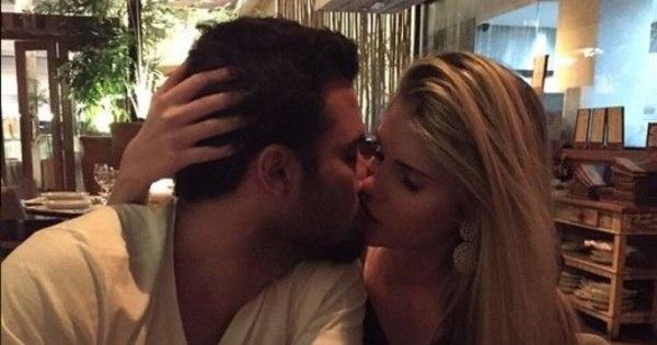 Pegação! Bárbara Evans beija namorado em restaurante ...