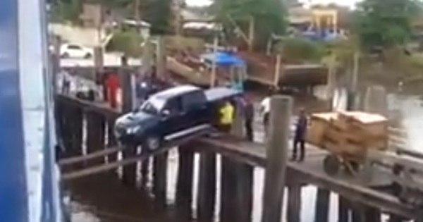 Homem faz embarque dramático de uma Toyota Hilux preta sobre ...