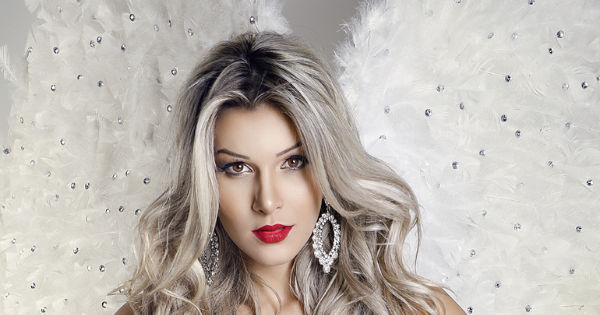 Ex-BBB Tatiele Polyana faz topless em ensaio sensual vestida de anjo
