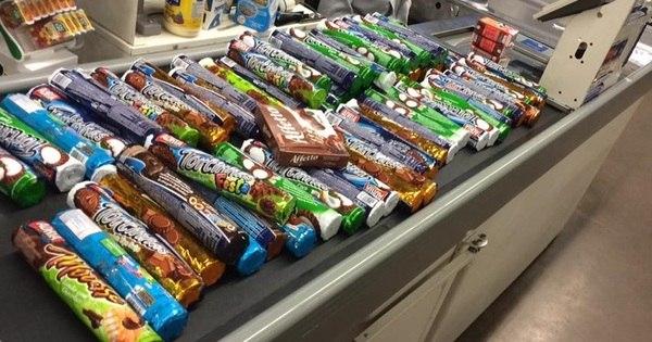 Estudante leva 107 pacotes de biscoite de graça após encontrar os ...