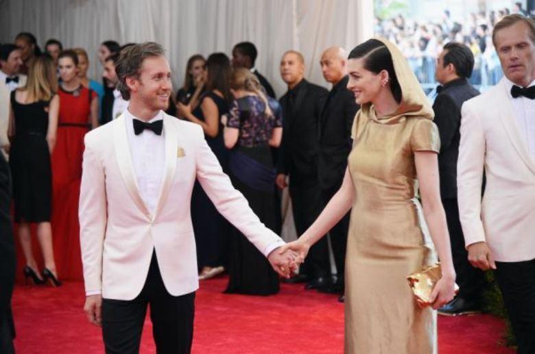 Anne Hathaway é casada com o designer de joias Adam Shulman. Apesar de atualmente exercer essa profissão, ele também já atuou como ator, tendo participações em seriados como American Drems eThe Dukes of Hazzard: The Begining