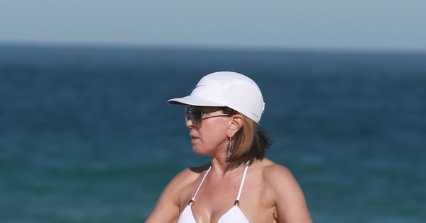 Aos 55 anos, Zilu mostra barriga chapada usando biquíni branco na ...