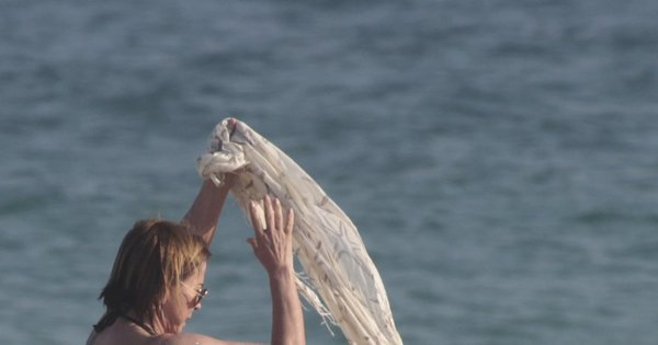 De biquíni fio-dental, Zilu reforça o bronzeado em praia carioca ...
