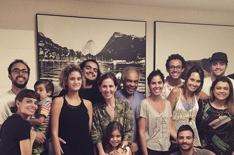 """Preta Gil compartilha foto da família e fala de ser avó: """"Vem gente nova por aí"""""""