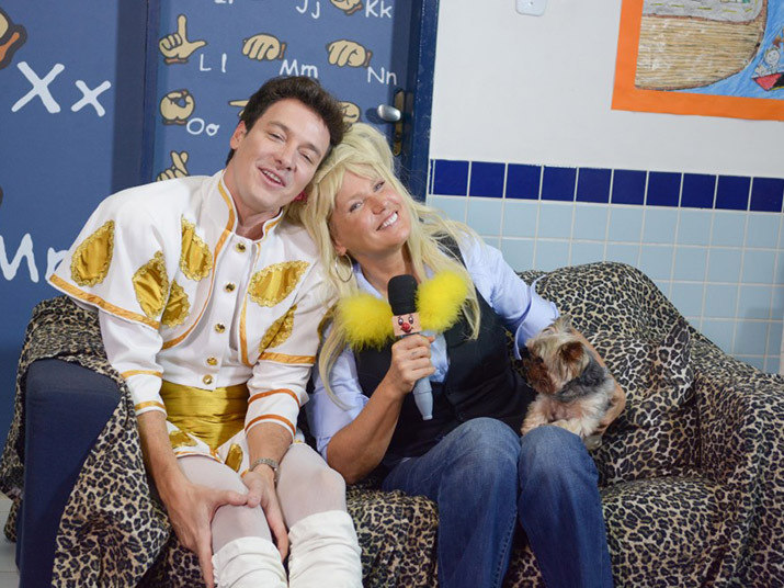 Xuxa e Rodrigo Faro se divertiram durante a gravação do próximo Hora do Faro. Os apresentadores, que passaram um dia todo juntos, prometem muitas surpresas especiais. Entre elas, um cover que Faro fez da rainha+ Apresentadores da Rede Record se divertem no palco da Hora do Faro