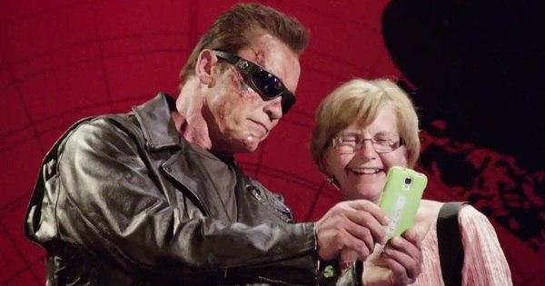 Vestido de Exterminador do Futuro, Arnold Schwarzenegger finge ...
