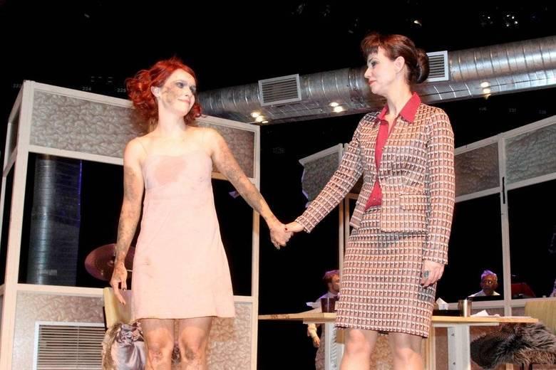 Débora Falabella, Yara de  Novaes e grande elenco apresentaram o espetáculo Contrações, no Teatro Porto  Seguro, em São Paulo, na noite de quarta-feira (17)