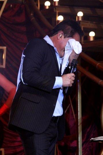 Na noite de quinta-feira (26), Leonardo se emocionou no palco da casa de shows Barra Music, no Rio de Janeiro, ao fazer uma homenagem a Cristiano Araújo