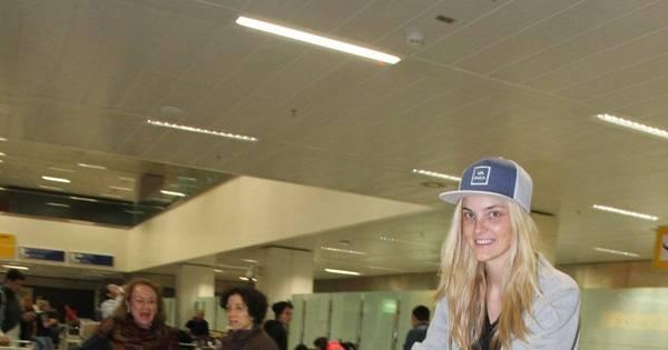 Ruivo e risonho, filho de Carol Trentini rouba a cena em aeroporto ...