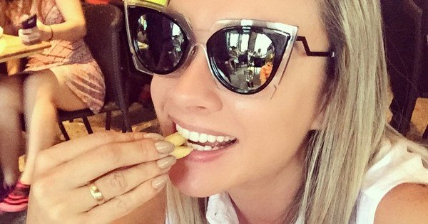 Como assim? Juju Salimeni esquece a dieta, se joga na batata frita ...