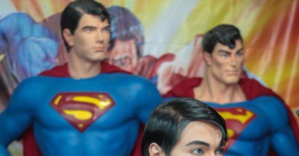 Sujeito que fez plásticas pra ficar igual ao super-homem injeta ...